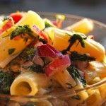 Fideos suabos con queso y ensalada de espinacas.