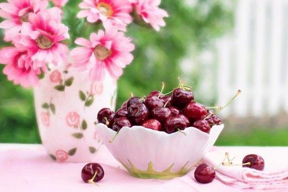 Consumir 200 gramos de cerezas por día ayuda en la prevención o mejora de muchas enfermedades, así como también para conseguir un aspecto saludable y joven. Sirve para eliminar la retención de líquidos por su contenido de potasio y al no tener sodio, se vuelve un compuesto maravilloso para las dietas depurativas.