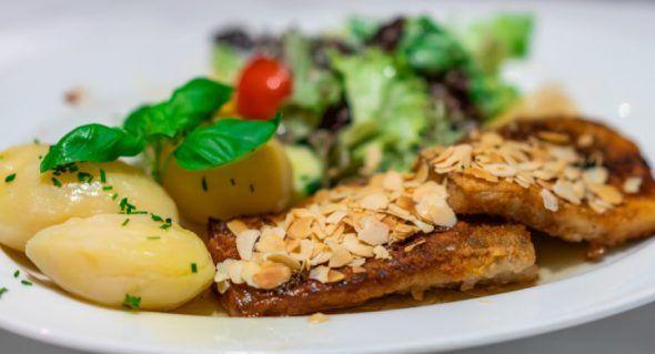 Filete de anguila a la parrilla con almendras tostadas